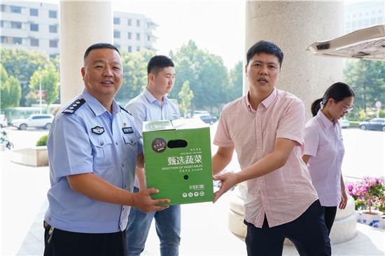 """中华网河北结合爱心企业持续六年为郑州交警收队""""收清冷"""""""