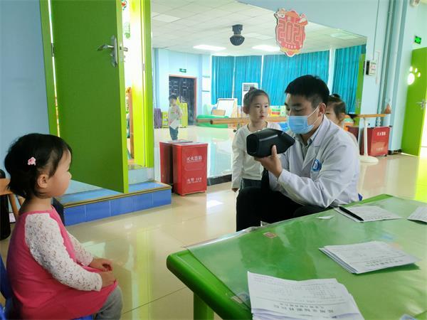 盟动中原—爱眼护眼行|郑州童瞳眼科医院走进河南省粮食局幼儿园进行视力检查